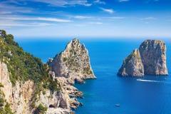 Tageslichtansicht von berühmten Faraglioni-Felsen, Capri-Insel, Italien lizenzfreie stockfotos