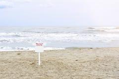 Tageslichtansicht von Küste zu Sand mit Fuß verfolgt stockfotos