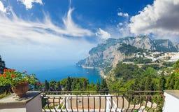 Tageslichtansicht von Marina Piccola und von Monte Solaro, Capri-Insel, Italien stockbilder