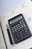 Tagesordnung, Stift und Taschenrechner stockbild