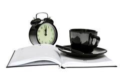 Tagesordnung, Kaffee, Borduhr und Feder, Bürohilfsmittel Stockfotografie