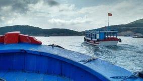Tagesreiseboote, die zu einer Insel nah an Nha Trang, Vietnam vorangehen Lizenzfreie Stockfotografie