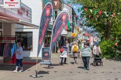 Tagestouristen in der Hauptstraße Helgoland, zum des steuerfreien Einkaufens zu tun lizenzfreie stockbilder