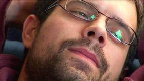 Tagesträumen des jungen Mannes stock footage