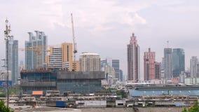 Tageszeit und Kran mit Hochbau in Bangkok-Stadt Thailand, Timelapse 4k stock video