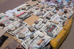 Tageszeitungen werden auf der Straße verkauft Stockfotografie
