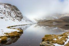 Taget på det baltiskt spotta, Baltiysk, Ryssland Alpin sjö Palasina i en molnig och dimmig dag i hösten Ayas dal, Aosta, Italien Royaltyfri Bild