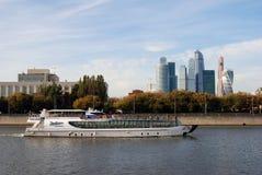 Taget på mars 16, 2013 i Moskvacentrum, Lavrushinsky gränd, Ryssland Kryssningskeppet seglar längs byggnaderna Arkivfoto