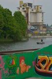 Taggers- und Graffitikünstler bei der Arbeit, die vibrierende Grafiken macht Lizenzfreies Stockfoto