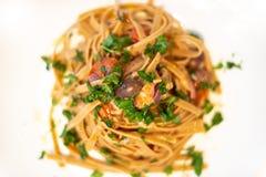 意大利面团用葱、金枪鱼和taggiasche橄榄 免版税库存图片