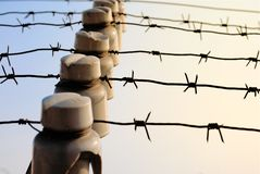 Taggtråd med elektricitet mot himlen royaltyfri fotografi