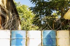Taggtråd på trummor, gräns arkivbilder