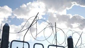 Taggtråd som ett symbol av mänsklighet i gisslan av prorgess förorening för fabrik för luftbakgrund blå Global uppvärmningproblem arkivfilmer