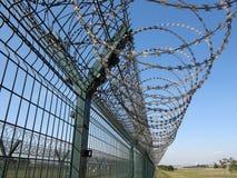 Taggtråd staket Fotografering för Bildbyråer