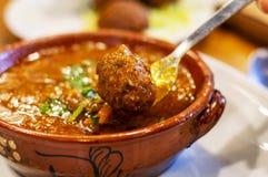 Tagine delizioso con le polpette marocchine fotografia stock libera da diritti