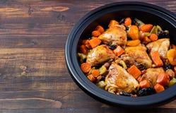Tagine med lagade mat höna och grönsaker Traditionell moroccan kokkonst Träbakgrundskopieringsutrymme Royaltyfri Bild