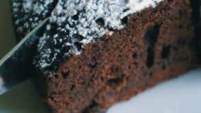 Tagli del coltello vista del primo piano della pasta del dolce del brownie del cioccolato una macro stock footage