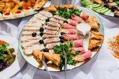 Tagli delle carni freddi sul vostro piatto al ristorante Immagini Stock Libere da Diritti