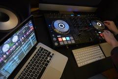 Tagli dentro delle piattaforme e del computer portatile del DJ fotografie stock libere da diritti