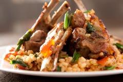 Tagli di agnello con riso piccante Immagini Stock