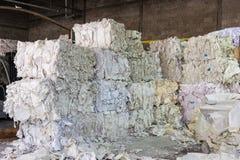 Tagli di carta pi del mucchio del primo piano della fabbrica dell'impianto di riciclaggio delle guarnizioni Immagini Stock