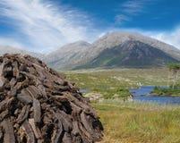 Tagli di recente il tappeto erboso nell'ovest dell'Irlanda fotografie stock