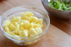Tagli di recente le patate Immagini Stock