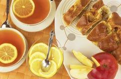 Tagli dolci della torta di mele con il tè del limone Immagini Stock