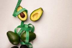Tagli ed intero avocado con perdita del weght del tester fotografia stock