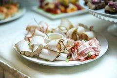 Tagli freddi su un piatto nel primo piano del ristorante fotografie stock