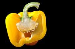 Tagli giallo arancione dei peperoni isolato nel backgr nero immagine stock libera da diritti