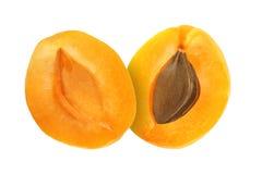 Tagli i frutti dell'albicocca isolati su fondo bianco Fotografia Stock Libera da Diritti
