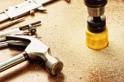 Tagli i grandi fori facendo uso dell'strumenti elettrici manuali Fotografia Stock