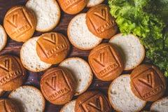 Tagli i panini per gli hamburger sulla tavola Fotografia Stock Libera da Diritti