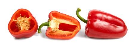 Tagli i peperoni dolci rossi isolati su fondo bianco Fotografie Stock Libere da Diritti
