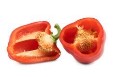 Tagli i peperoni dolci rossi isolati su fondo bianco Fotografia Stock