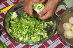Tagli i peperoni per la cena Immagine Stock