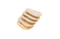 Tagli i pezzi di pane bianco su fondo bianco Fotografia Stock