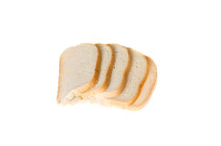 Tagli i pezzi di pane bianco su fondo bianco Immagini Stock
