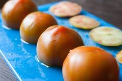 Tagli i pomodori su un vassoio blu Immagine Stock