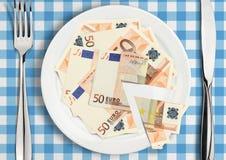 Tagli i soldi sul piatto, concetto di imposta di finanza Fotografia Stock Libera da Diritti