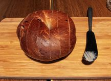 Tagli il bagel su un taglio fotografie stock libere da diritti