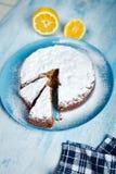 Tagli il biscotto spruzzato con lo zucchero in polvere sul piatto blu Immagini Stock