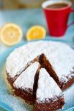 Tagli il biscotto spruzzato con lo zucchero in polvere sul piatto blu Fotografie Stock