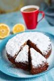 Tagli il biscotto spruzzato con lo zucchero in polvere sul piatto blu Immagine Stock