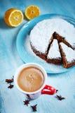 Tagli il biscotto spruzzato con lo zucchero in polvere sul piatto blu Fotografie Stock Libere da Diritti