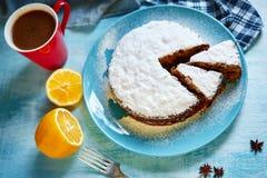 Tagli il biscotto spruzzato con lo zucchero in polvere sul piatto blu Fotografia Stock Libera da Diritti