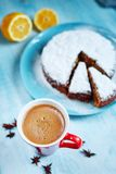 Tagli il biscotto spruzzato con lo zucchero in polvere sul piatto blu Immagini Stock Libere da Diritti