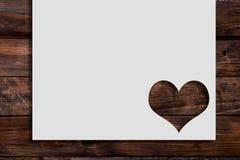 Tagli il cuore sulla carta Immagini Stock