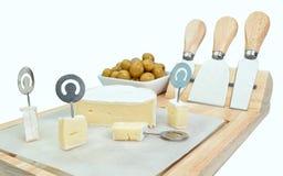 Tagli il formaggio dei cubi su un bordo di legno. Immagini Stock Libere da Diritti